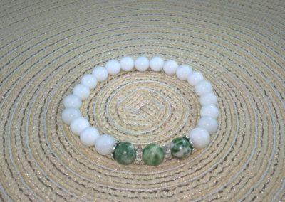 Tejkvarc-zöldpettyes jade